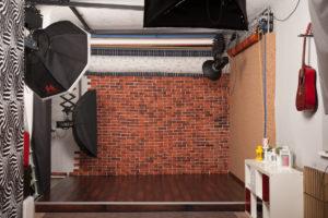 Модернизированная кирпичная стена в фотостудии SweetHeart